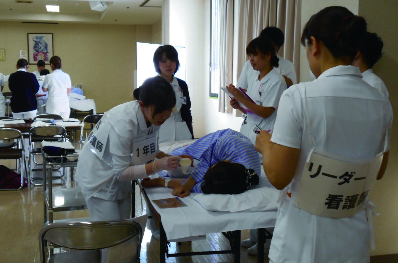 シミュレーションディレクターが臨床の場で起こりうる場面のシナリオを作成しての演習