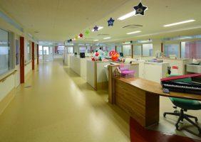 病棟中央にナースステーションを配置し囲むように病室があります。